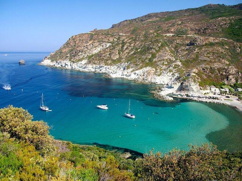 Maison du Cap Corse, les pieds dans l'eau avec vue dégagée sur la mer !, holiday rental in Ogliastro