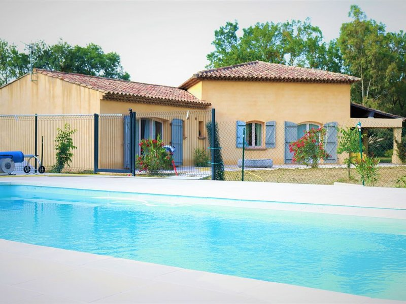 Villa plain pied, 4 chbres, piscine, proche des plages du Golfe de Saint Trop, holiday rental in Grimaud