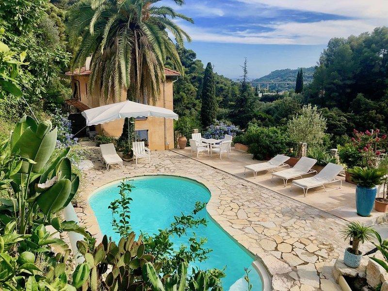 Venez vous reposer dans une belle nature subtropicale à Menton, piscine et mer, holiday rental in Castillon