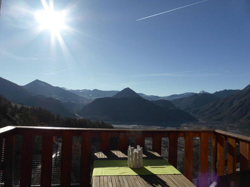 Chalet de Charme classé *** Terrasse panoramique entre ciel, montagne et Durance, holiday rental in Curbans