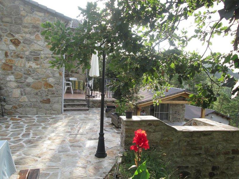 Ardéche maison et son annexe, piscine et terrain boisé, aires de jeux, animal, alquiler vacacional en Aujac