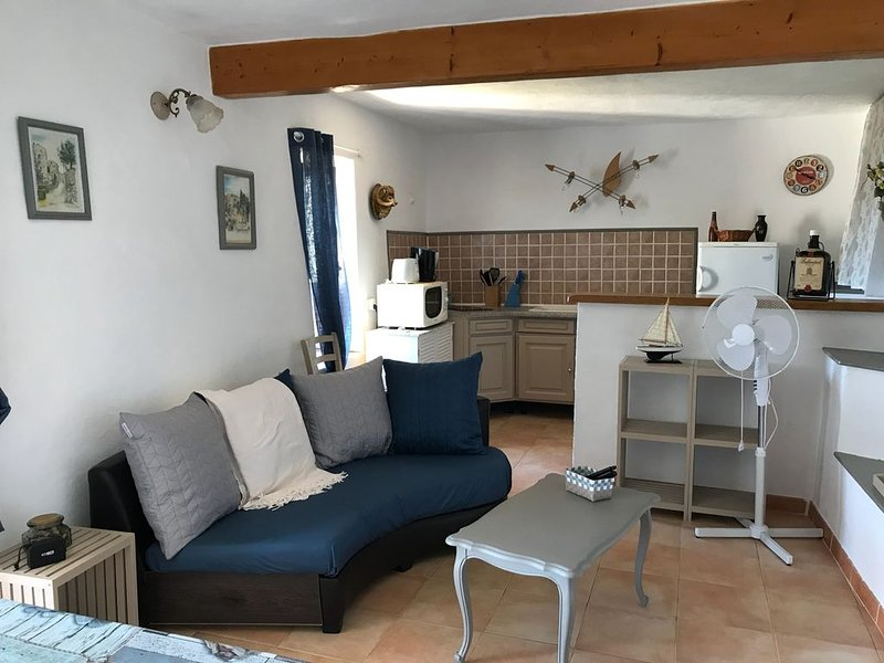 Appartement dans maison au coeur du village d' OLMETO, vacation rental in Sollacaro