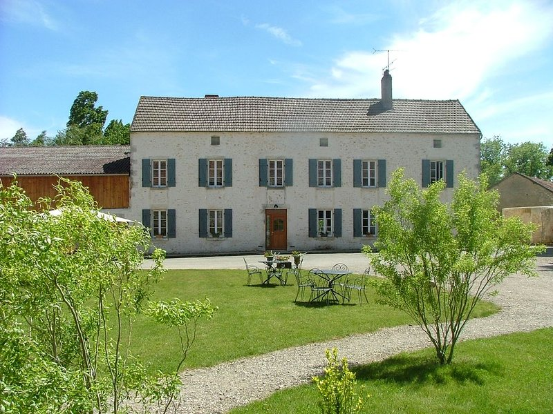 Gite de charme, classé 4 ****, spacieux, confortable, pour 20 personnes, vacation rental in Sainte-Colombe-sur-Loing