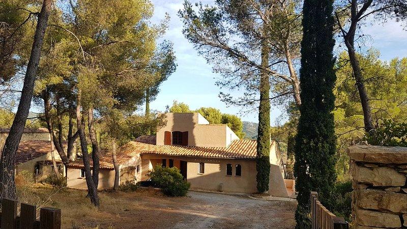Maison de charme au calme, sous les pins, à 2 pas du cœur village, holiday rental in La Cadiere d'Azur