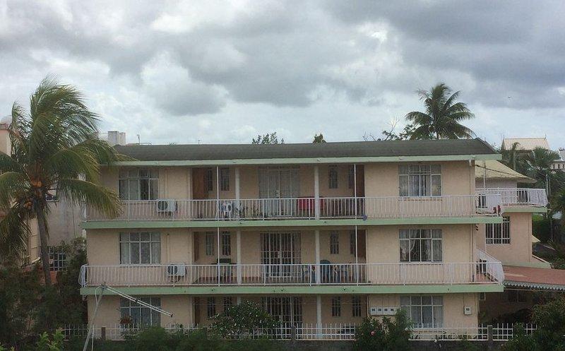 Appartement spacieux et comfortable a 3 minutes a pied de la plage de mon choisy, location de vacances à Trou aux Biches