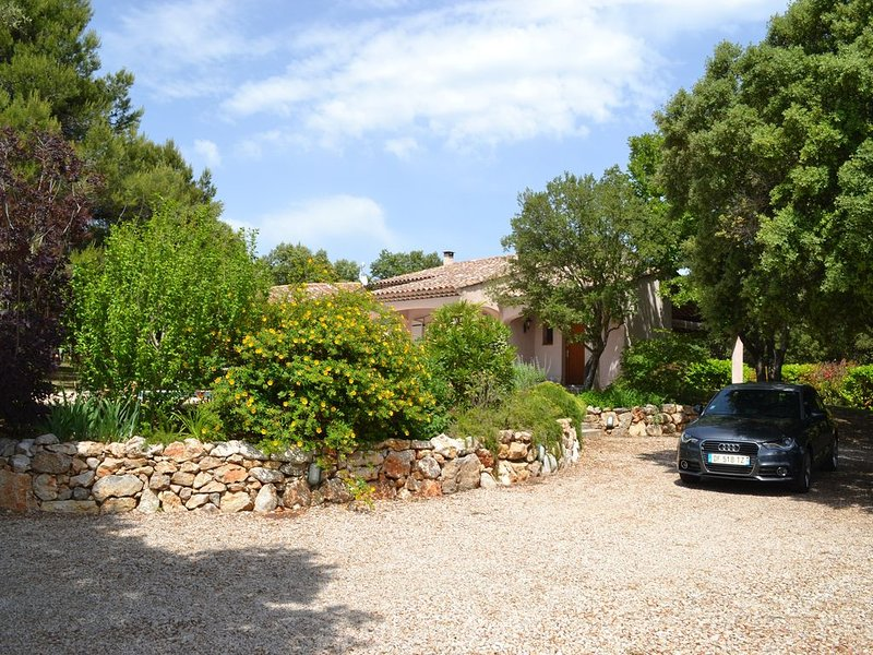 Maison Villa spacieuse au calme, idéalement située entre mer et montagne, holiday rental in Ollieres