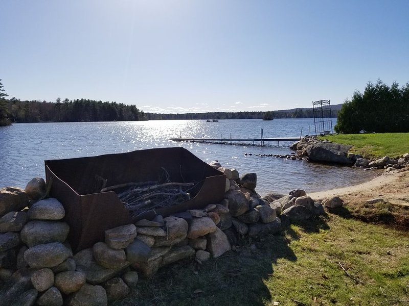 Great Waterfront Spot on Sunrise Lake! Sandy Beach, Huge Yard + Big Deck, alquiler de vacaciones en New Durham