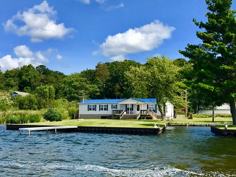 Rose's Retreat on Hamlin Lake-Private Paradise with Picturesque Views, aluguéis de temporada em Ludington