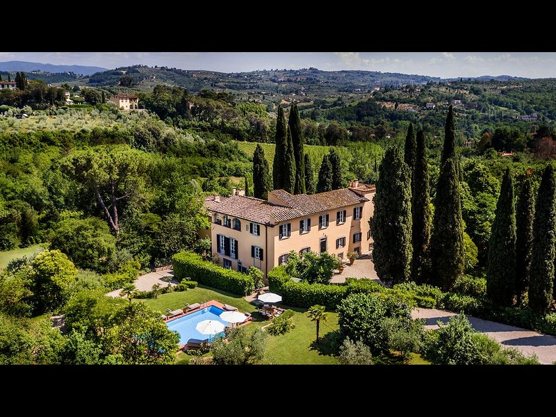 MAGNIFICENT 8BD-8.5BA VILLA WITH HEATED POOL 1 MILE AWAY FROM HEART OF FLORENCE!, holiday rental in Galluzzo