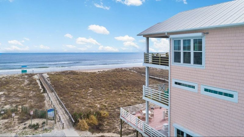 Work remotely?  HUGE weekly and monthly discounts in Jan/Feb  6BR oceanfront!, casa vacanza a Carolina Beach