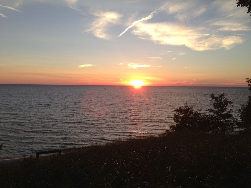 Beachfront Cottage On Lake Michigan! Great Views, Private Setting, Relaxing Days, alquiler vacacional en West Olive