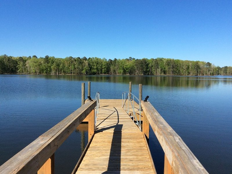 Lakefront with private Dock & Ramp, Firepit, Covered Porch & Patio Waterside, vacation rental in Prosperity