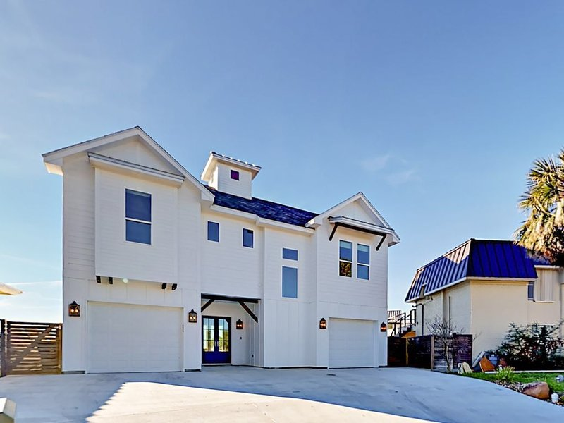 Modern Seaside Farmhouse, New Construction in Key Allegro with Bay View!, holiday rental in Rockport
