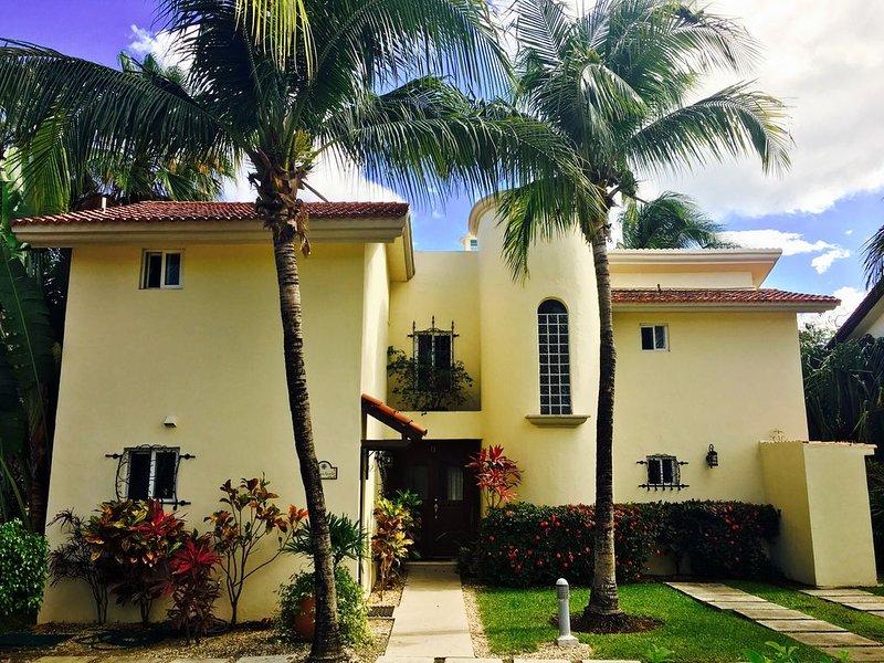 Mi Casa Amarilla~Beach-150 yds~2 Pools~4 Bedrms~4.5 Baths~Walking Dist. to All, holiday rental in Playacar