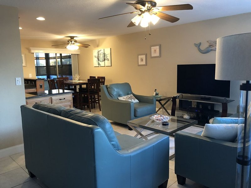 Escape to DREAM GETAWAY2 BD 2BATH 1st floor in gated Waterfront Community Condo!, vacation rental in Madeira Beach