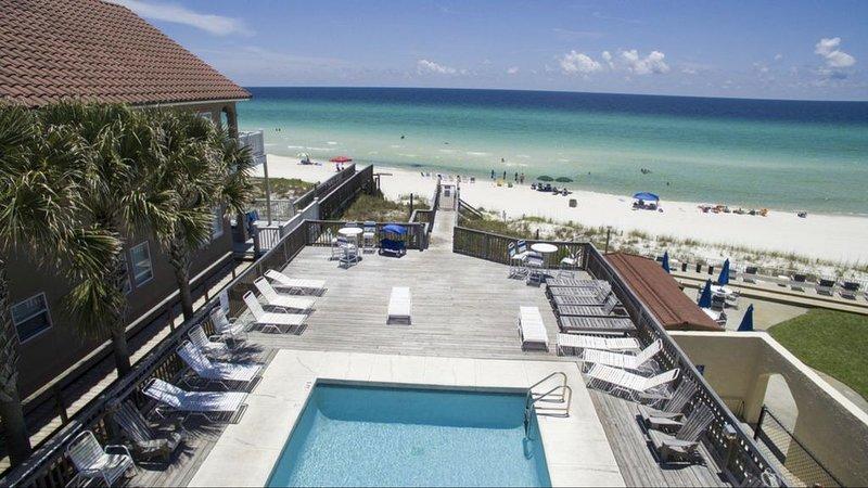 'SOUTHERN CHARM' Awesome Getaway; just steps from Gated Beachfront Pool, aluguéis de temporada em Sunnyside