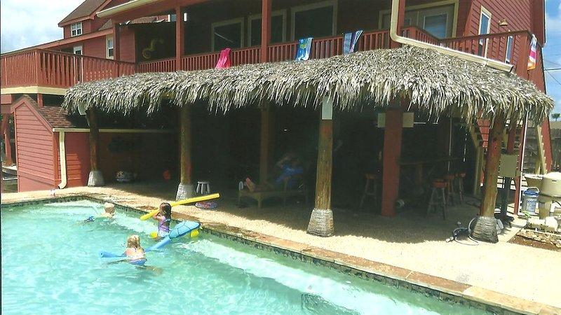 Barn älskar poolen! Vuxna kommer att älska skuggan!