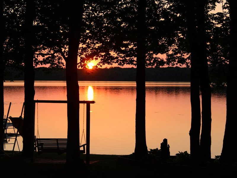 Sandy Waterfront Lake House - ATV/Snowmobile trails, GREAT for winter sports!, alquiler vacacional en Wausaukee