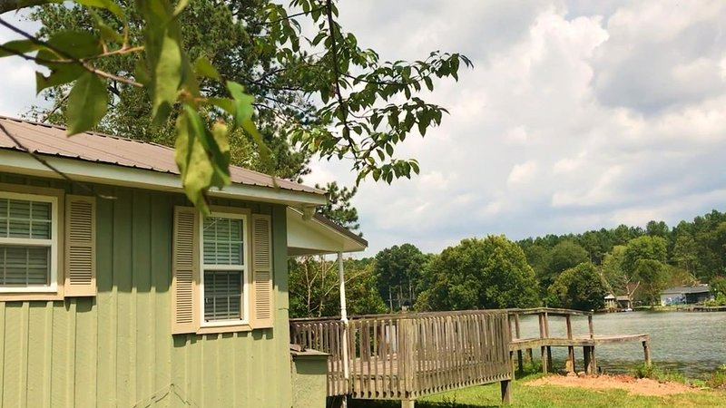 WE ARE OPEN! ESCAPE  HERE! on a small stocked lake. Wi-fi and cable free!, holiday rental in Ooltewah