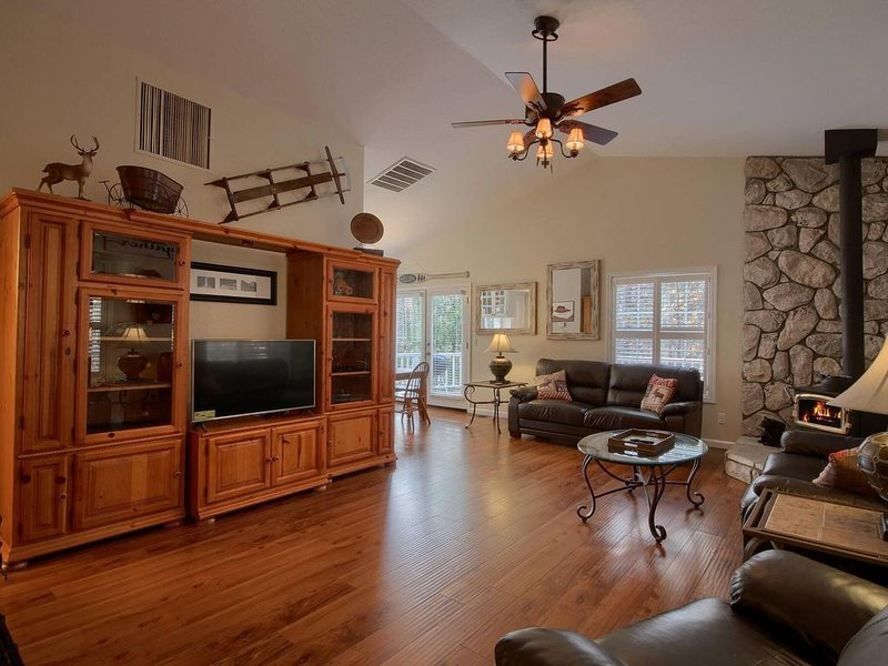 Beautiful Family Cabin - Short drive to Bass Lake Beaches - 2100 sq ft, vacation rental in Bass Lake
