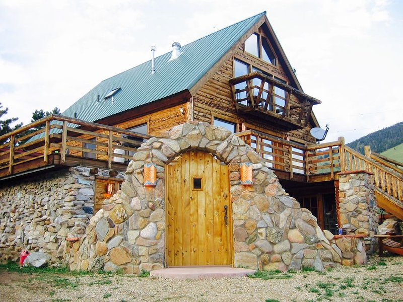 Large and Beautiful Mountain Cabin near Angel Fire and Red River, vacation rental in Eagle Nest