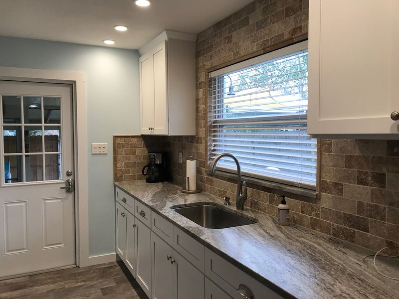 New Listing COMPLETELY REMODELED COTTAGE, alquiler vacacional en Homosassa Springs