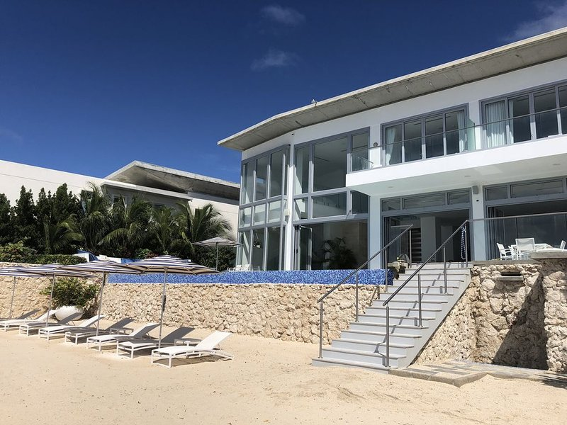New Beachfront Private House: Infinity Pool, Gym, Media Room., vacation rental in San Nicolas