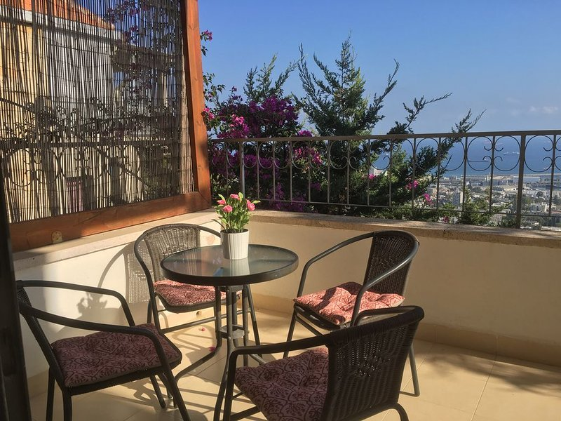 Stunning Views, Modern Apartment in an Old Stone House., location de vacances à District d'Haïfa