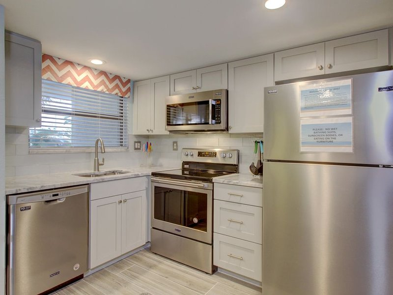 Family Friendly Condo DIRECTLY on Gulf! Must See!!, holiday rental in St. Pete Beach
