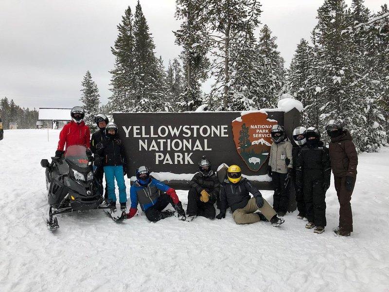 Notre famille - belle journée dans le parc national de Yellowstone en motoneige
