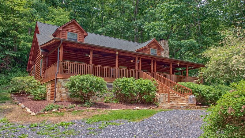 Log Cabin Nestled on 16 Acres with an Amazing Creek, alquiler de vacaciones en Waynesville