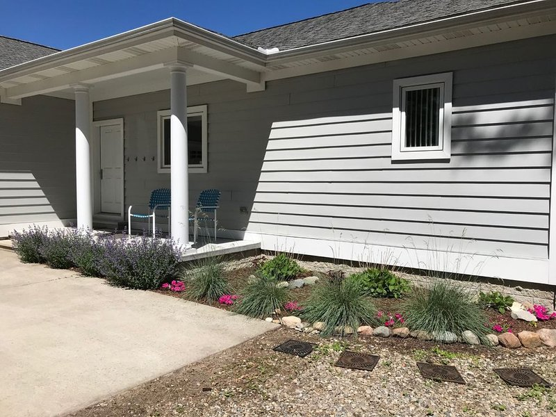 PRIVATE LAKE PROPERTY: The Sunrise Lake House -  soft sand and relaxation, aluguéis de temporada em Forestville