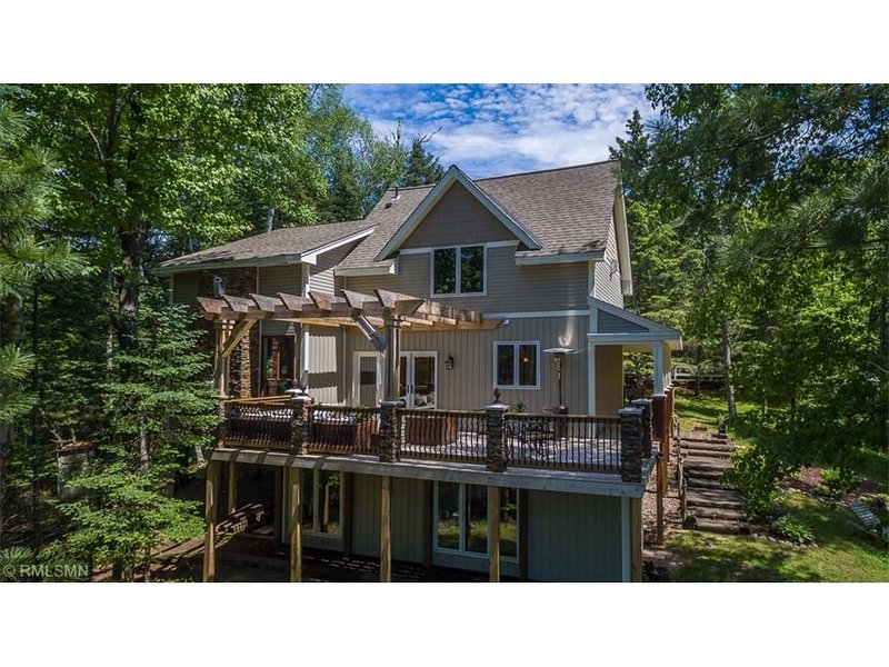 Gorgeous, Renovated Lakefront Lodge on the Whitefish Chain of Lakes, casa vacanza a Outing