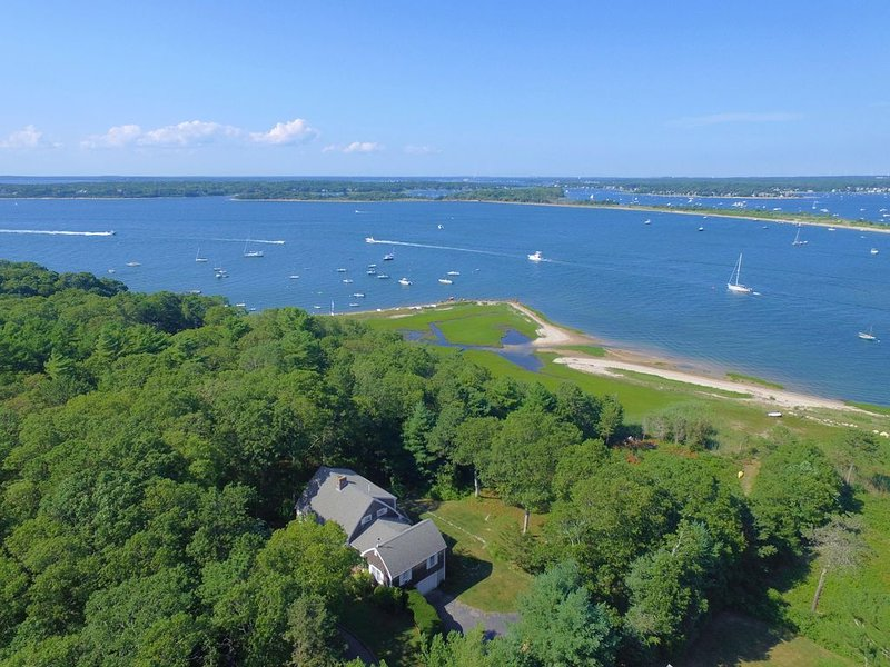 Beautiful beach front home on exclusive Scraggy Neck for rent, location de vacances à Mattapoisett