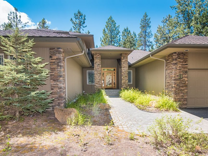 Larger 6 bedroom, Dog Friendly, AC, 12 SHARC passes, Wifi, No Resort Fee, vacation rental in Sunriver