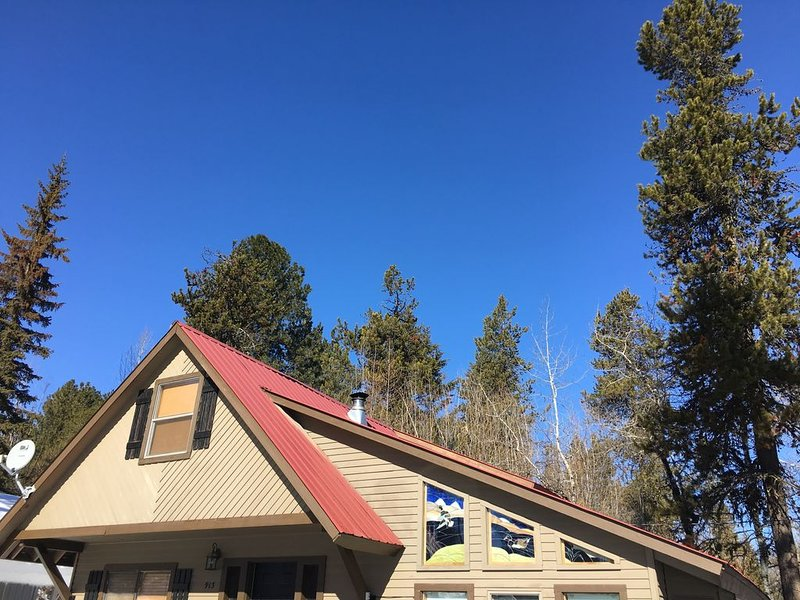 Cute cabin close to town! On the way to Brundage!  HOT TUB! $150 per night!, holiday rental in Tamarack