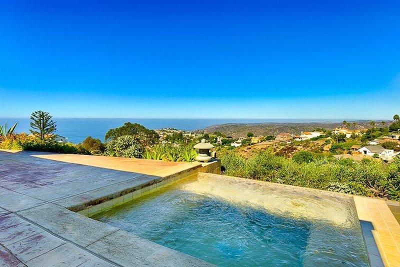 Stunning Laguna Beach Contemporary Home with brilliant ocean views, location de vacances à Laguna Beach