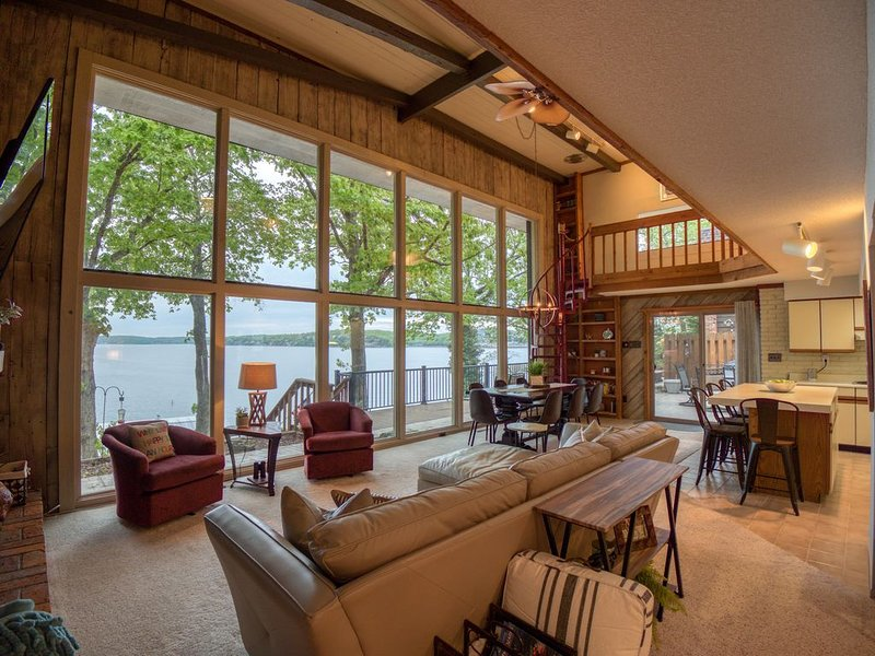 Stunning Main Channel View! Lakefront 4BR/3BA with Dock, Fire Pit, & Fiber WI-FI, casa vacanza a Sunrise Beach