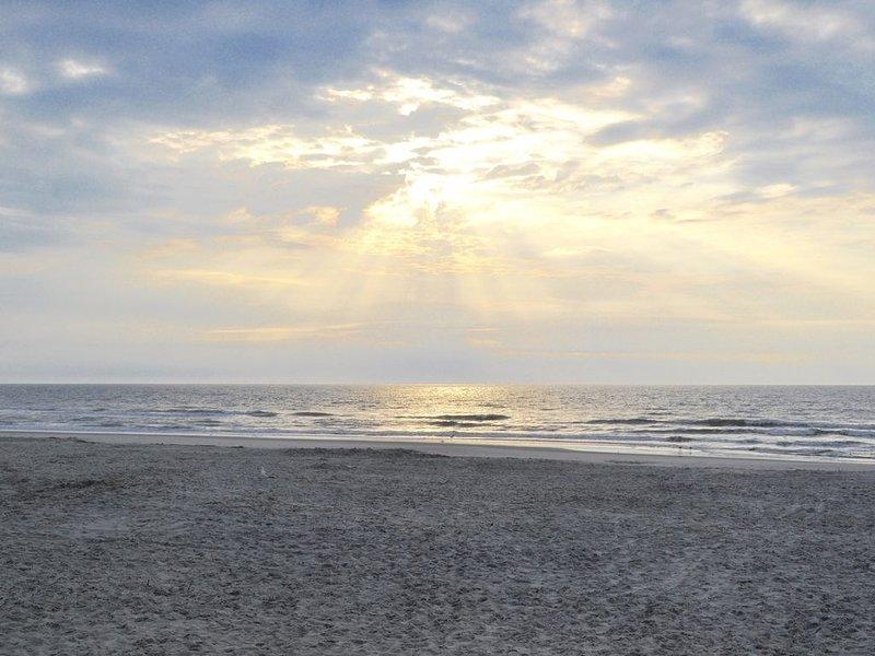 PERFECT BEACH GETAWAY - Beach, Pools, Tiki Bar!, location de vacances à Bluffton
