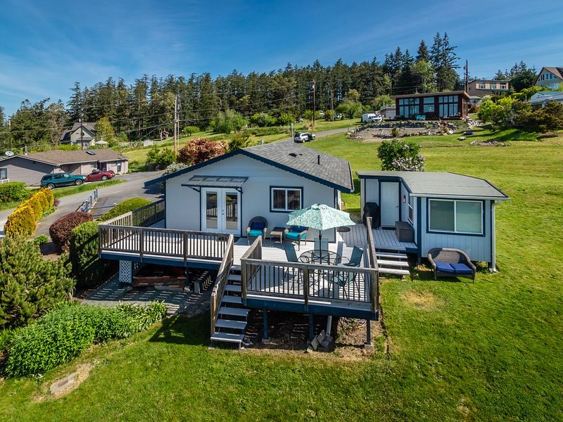 Come for the Birdseye view of water, whales, mountains and more - stay to relax., vacation rental in Camano Island