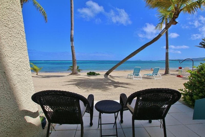 Oceanfront, Beachfront, Ground Floor, Beautiful Remodeled condo with pool access, aluguéis de temporada em Christiansted