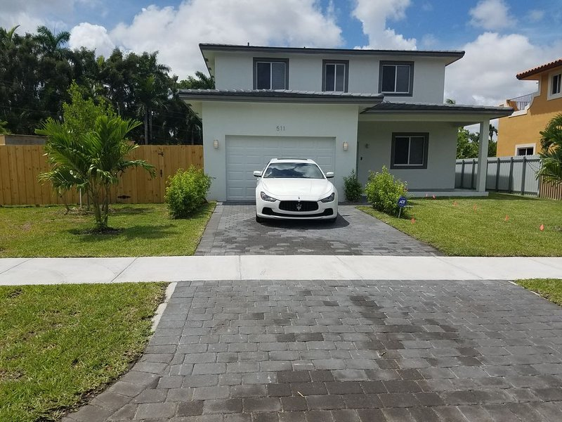 LUXURY POOL HOUSE MINUTES AWAY FROM BEACH 3BR/3BA, Ferienwohnung in North Miami Beach