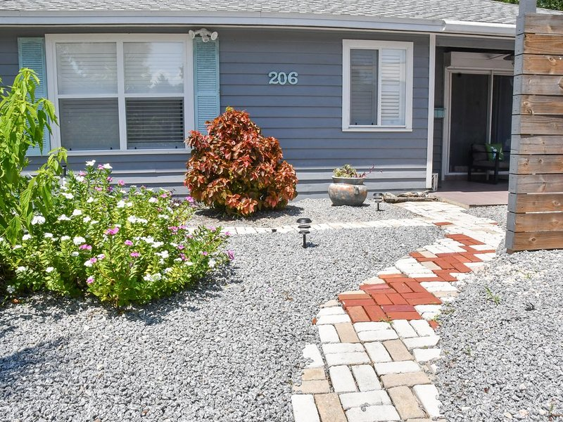 Clean, comfy, fab & fun! Steps from St Augustine Beach. A reprieve from life! �, holiday rental in Saint Augustine Beach
