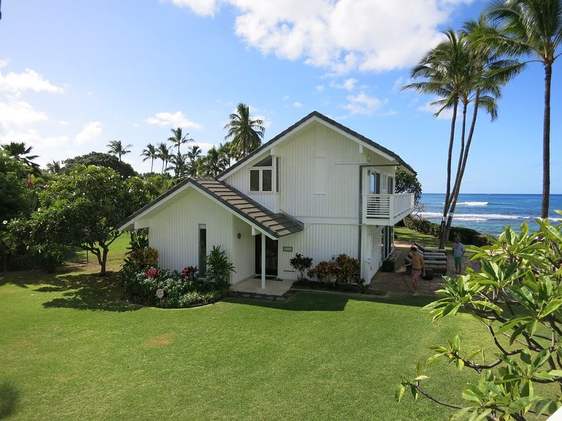 House of the Heavenly Waters at Maili Point - Oceanfront Beauty, location de vacances à Waianae
