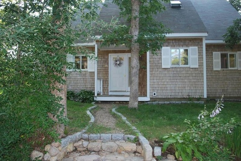 Vineyard Haven, Quiet Setting Just Minutes from Ferry and Bus, alquiler vacacional en Vineyard Haven