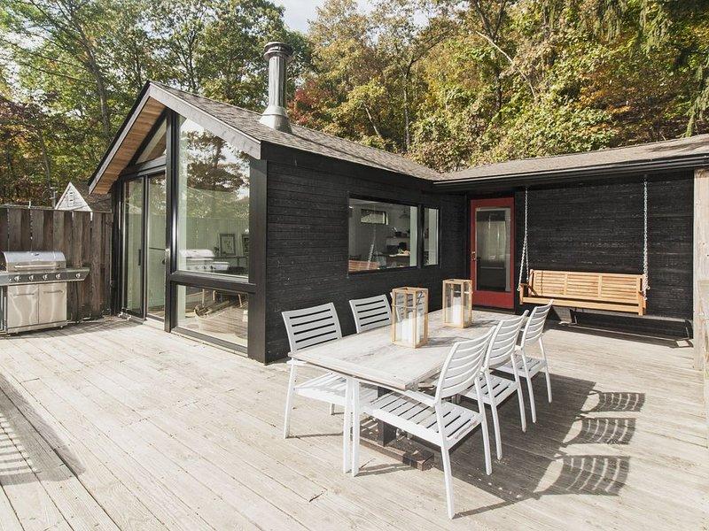 Grande terrasse avec grande table, balançoire et gril à gaz!