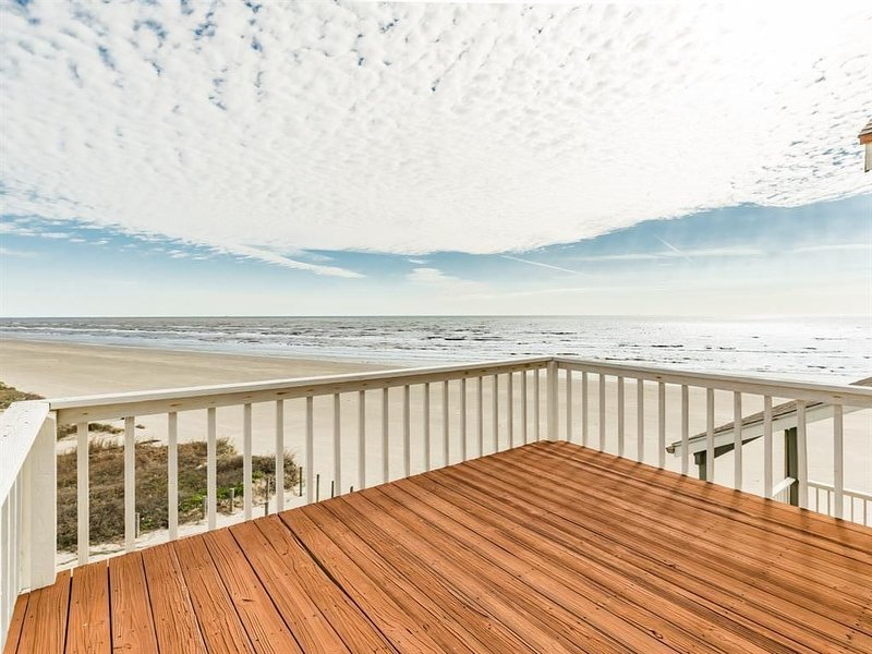 Literally on beach, private access to beach, unobstructed ocean view, casa vacanza a Galveston