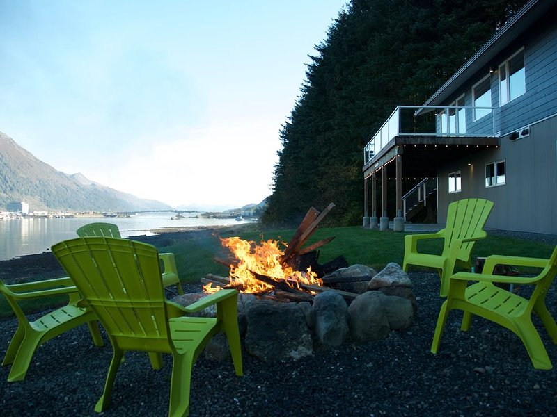 Beach Condo Juneau - Upper Level - An Amazing 180˚ View of the Channel!, casa vacanza a Douglas