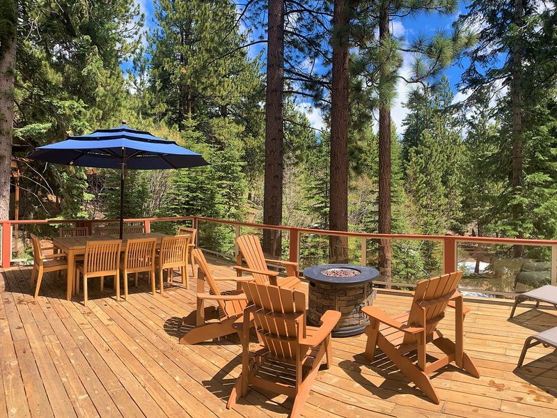 'Bearadise'-Serene & beautiful! Hot Tub, Decks, Shuffleboard -Great for families, vacation rental in Incline Village