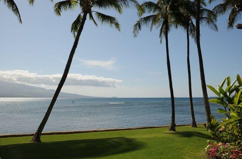 Best Oceanfront Condo, LAULOA, Remodeled, WiFi, Curved UHD-TV, Ferienwohnung in Wailuku